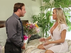 Cheating cougar Brandi Love juggles two cocks